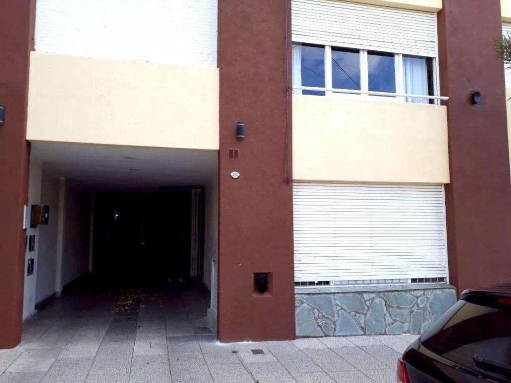 departamento 2 ambientes a la calle con terraza tipo patio, segundo piso por escalera.