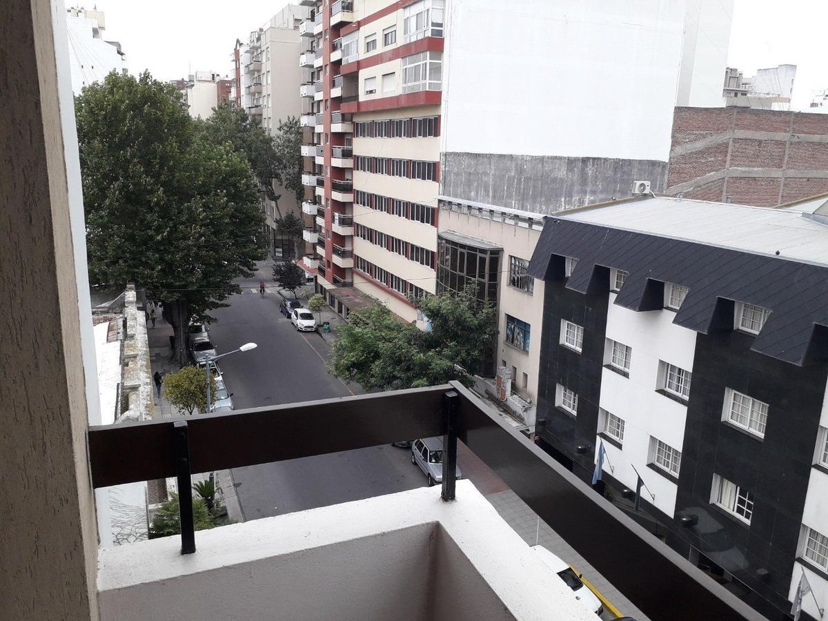 departamento 3 ambiente con balcón a la calle