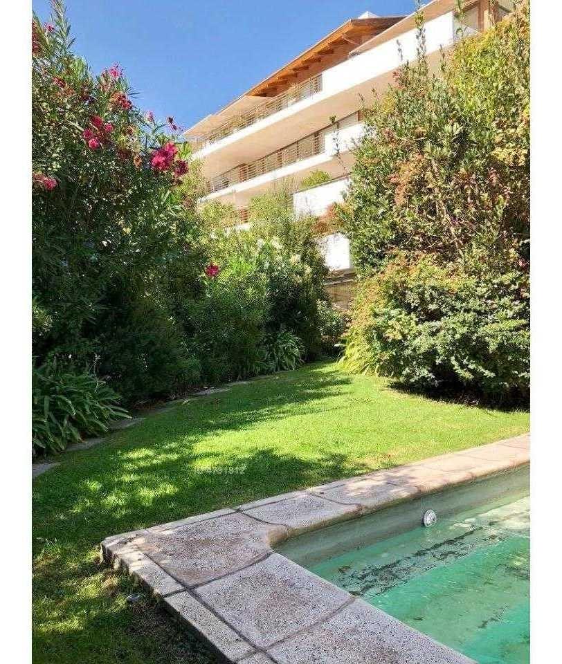 departamento amplio con jardín privado con piscina