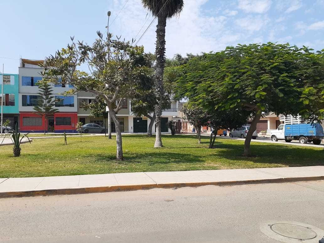 departamento amplio frente a parque en bonita zona