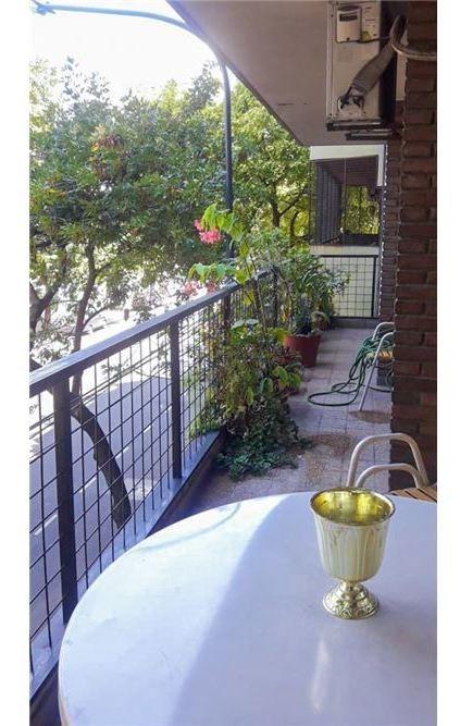 departamento con balcón   4 ambientes.+ escritorio