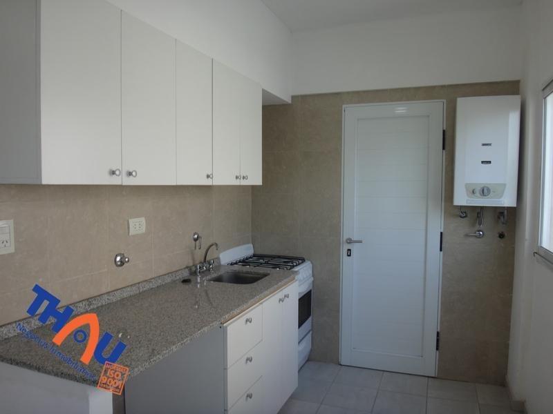 departamento contra frente de 1 dormitorio con placard embutido y piso flotante, cocina completa con sector de lavadero abierta a living comedor, baño, baulera y  balcón.