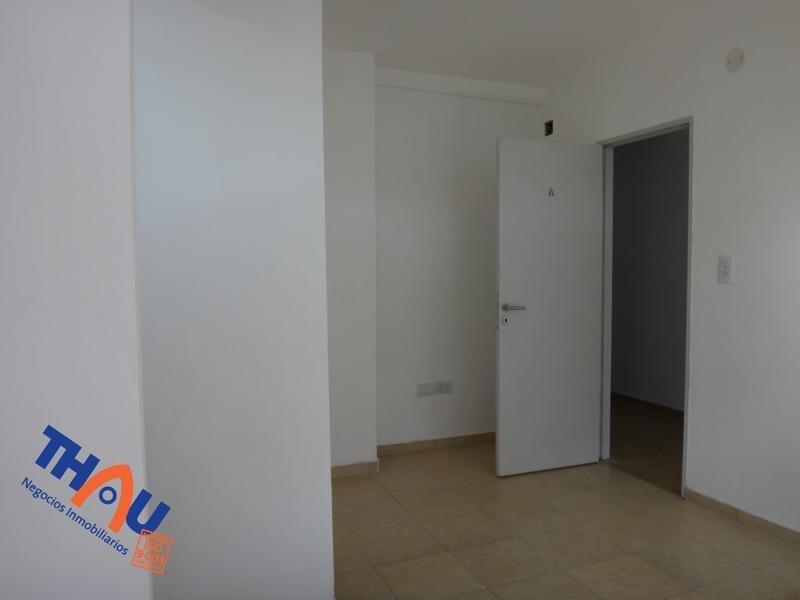 departamento de 1 dormitorio con placard embutido y piso flotante, cocina estar comedor, íntimo, baño y patio.