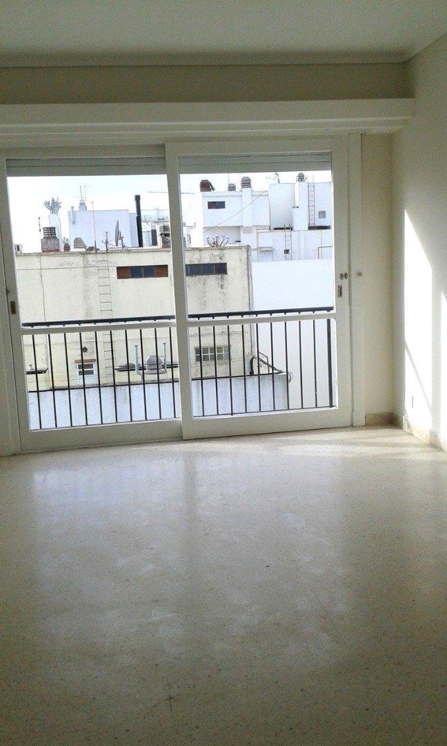 departamento de 2 amb. con balcón saliente a la calle  vereda de sol. totalmente externo