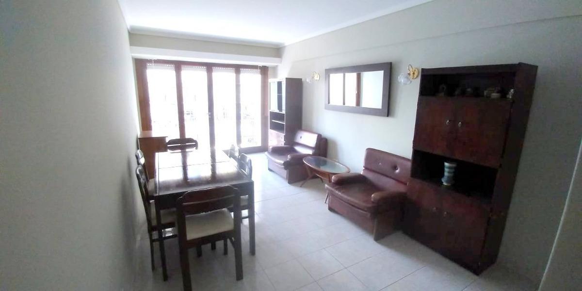 departamento de 2 ambientes con dependencia a la calle con balcón saliente.