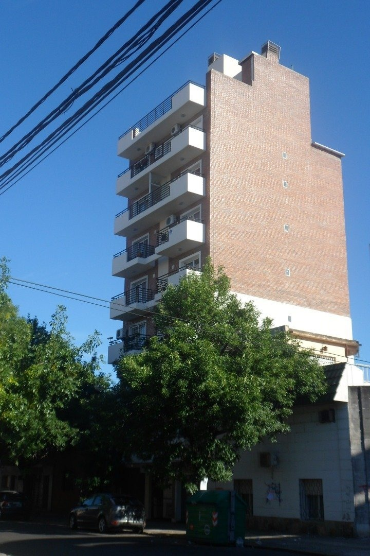 departamento de 2 dormitorios con oficina - abasto a metros de pellegrini - balcon corrido al frente y balcon terraza con parrillero propio