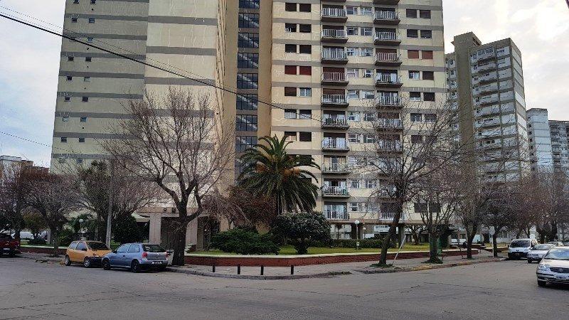 departamento de 3 ambientes. al frente, con balcon. piso alto y vista abierta. barrio sarmiento