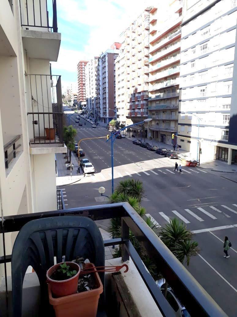 departamento de 3 ambientes con dependencia a la calle con balcón saliente
