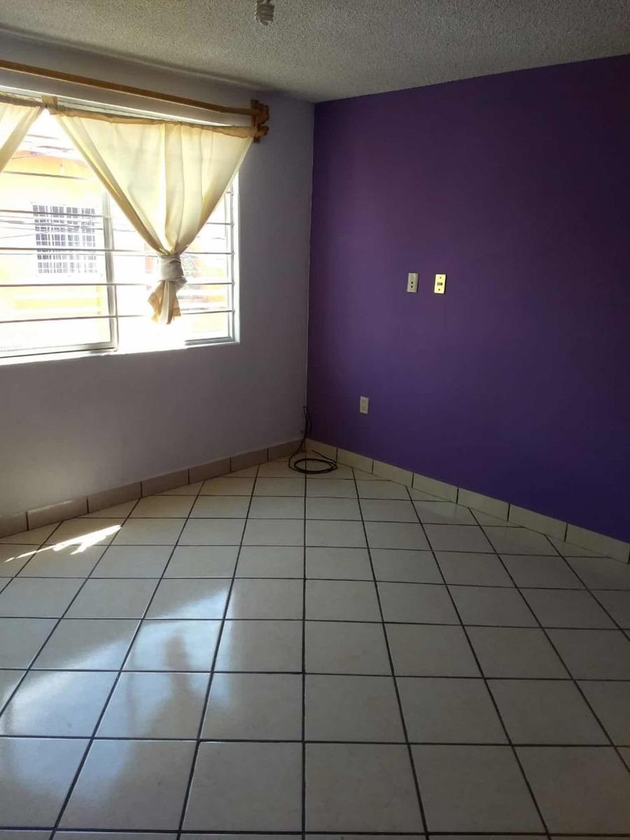 departamento de 3 recamaras, sala, comedor, cocina y baño.