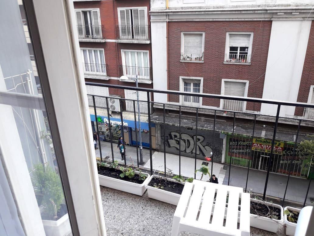 departamento de 4 ambientes a la calle con balcón saliente
