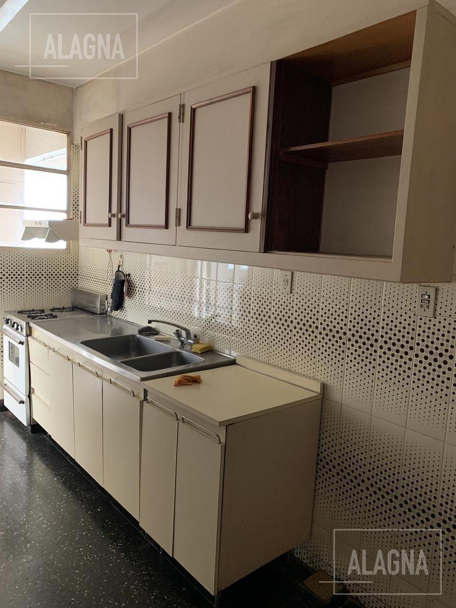 departamento de estilo de 3 dormitorios y ambientes amplios en el centro