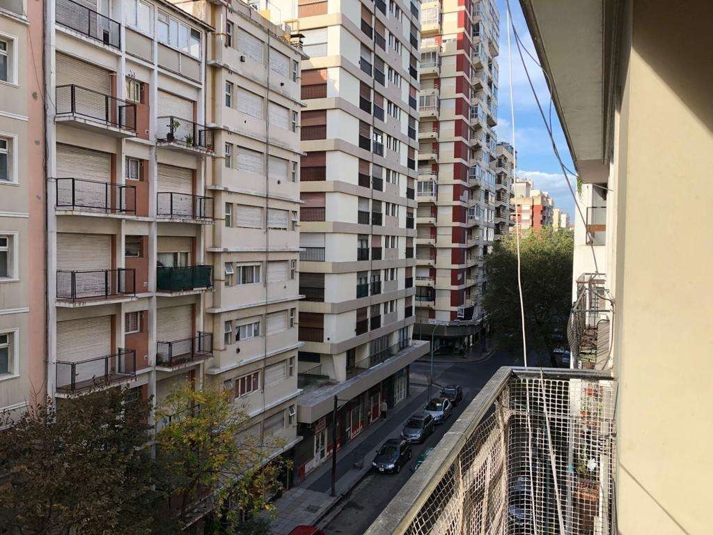 departamento dos ambientes con balcón al frente