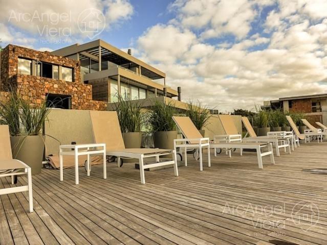 departamento duplex con jardin frente  al mar en   alquiler  en venta   punta ballena