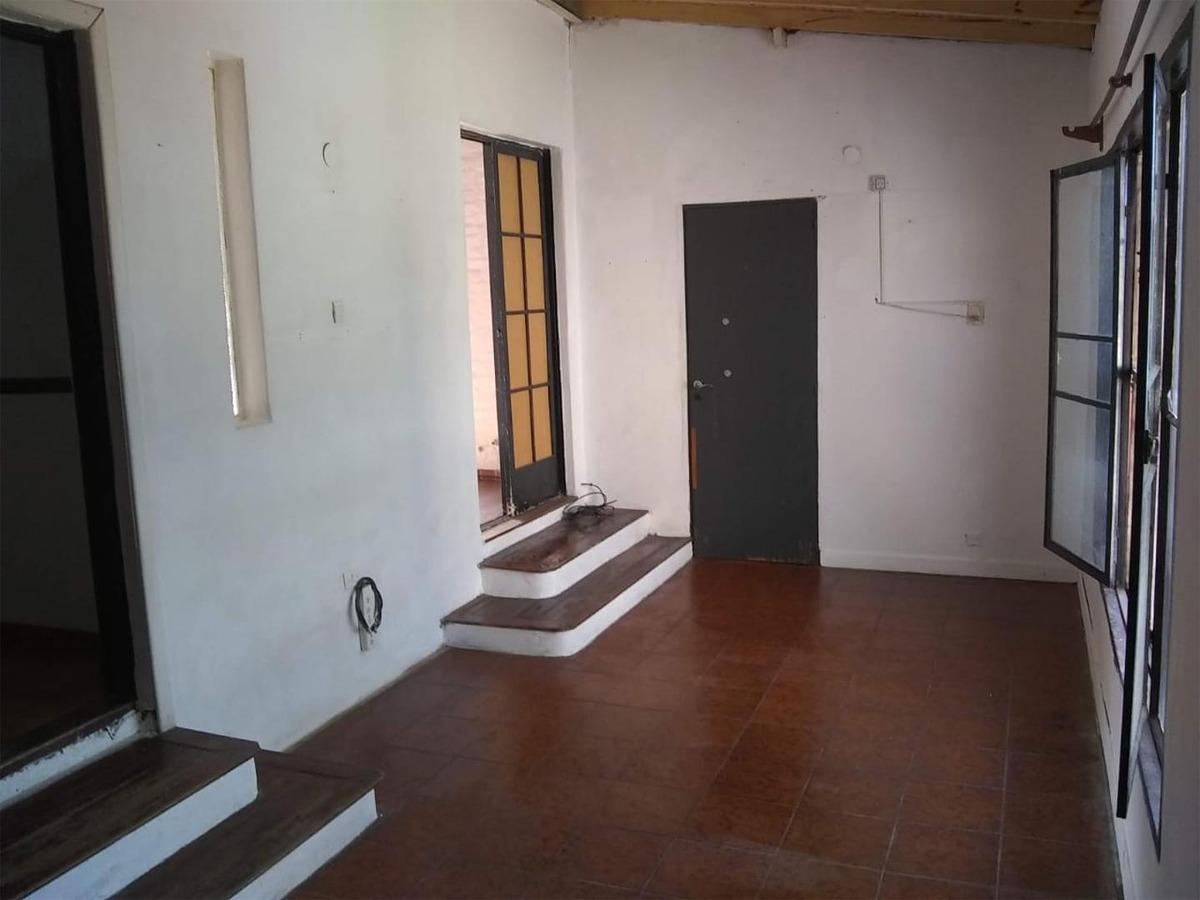 departamento en planta alta, 2 habitaciones, con jardin