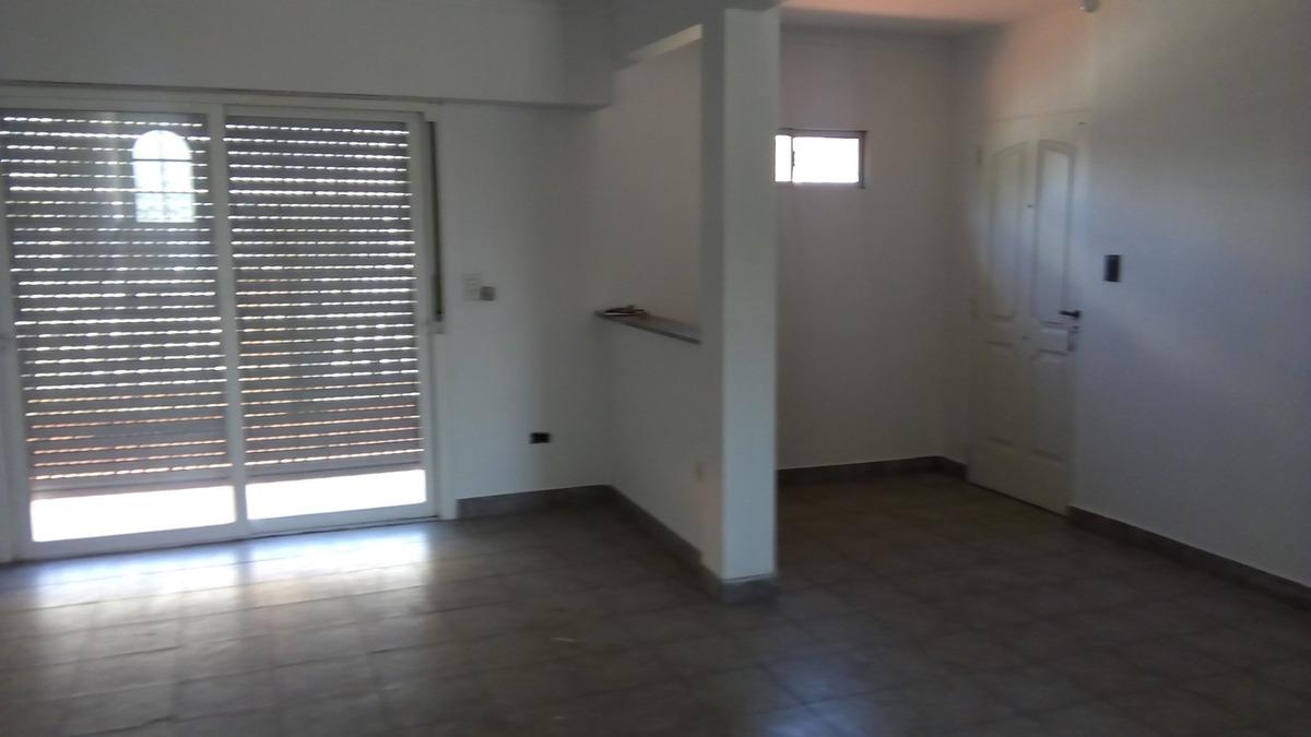 departamento en planta alta de 3 dormitorios.