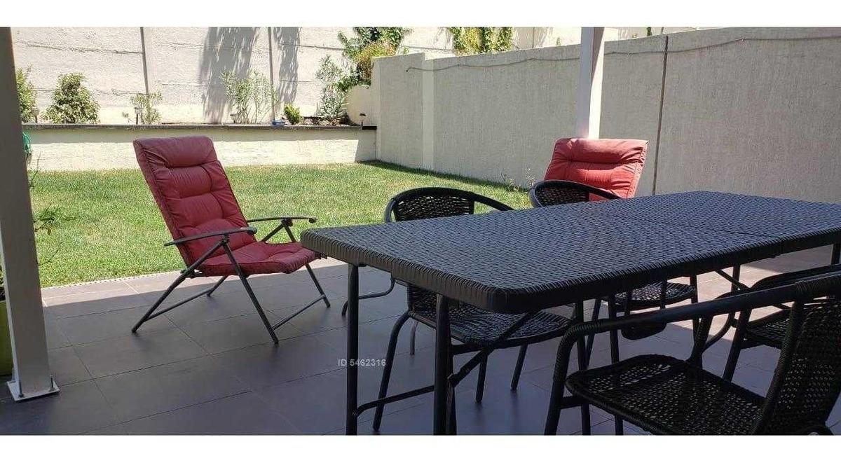 departamento en primer piso con uso y goce exclusivo de patio y jardín.