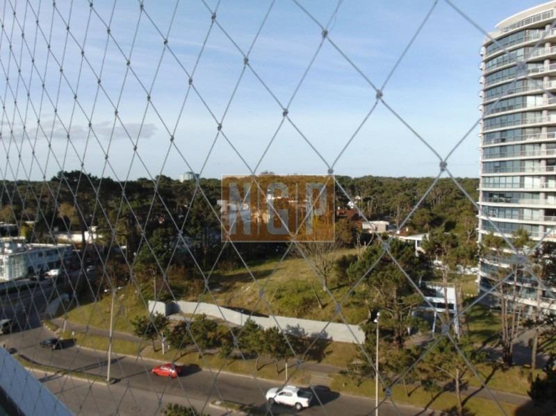departamento en punta del este, torre   cuenta con todos los servicios.  precio rebajado!!!!-ref:14866
