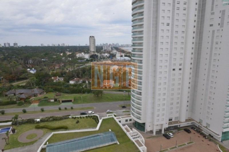 departamento en punta del este, torre   cuenta con todos los servicios.-ref:15681