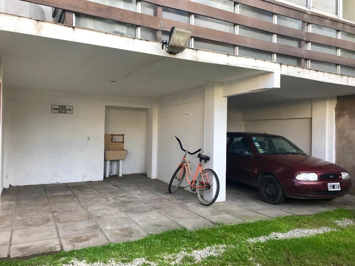 departamento en  semi piso de dos ambientes con doble balcón y cochera para dos autos