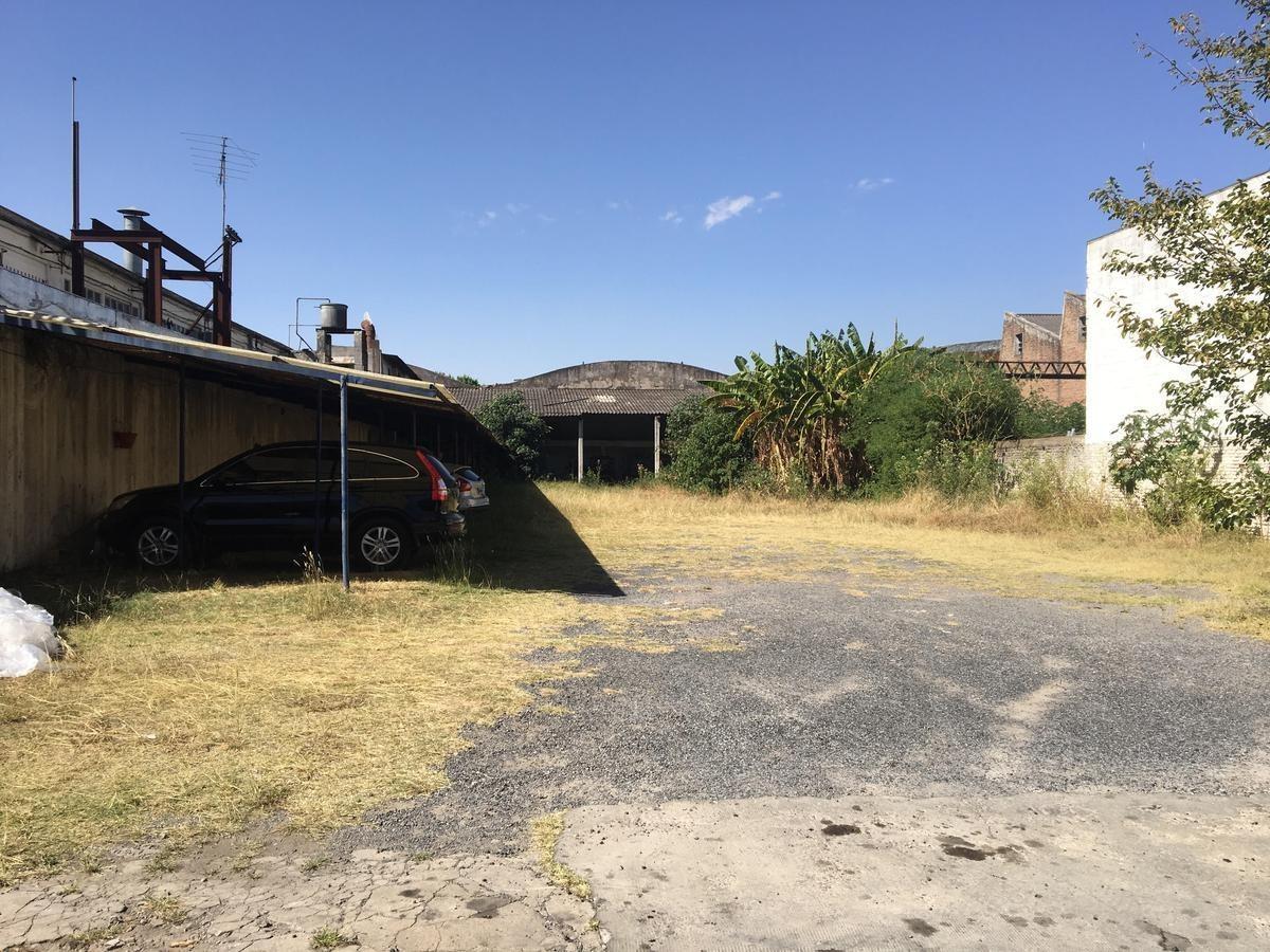 depósito de 1540 m2 cubiertos,  a tan solo 50 mts de la av. velez sarsfield