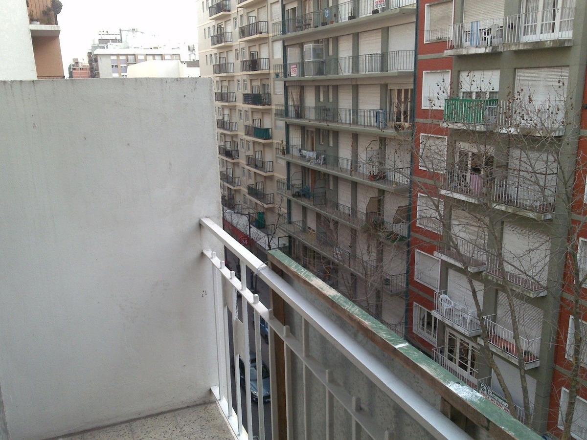 depto. 2 ambientes calle con balcón saliente