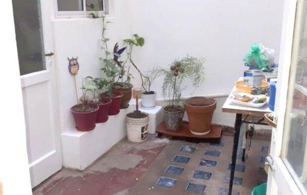 depto 3 ambientes a la calle, con patio. zona plaza colón