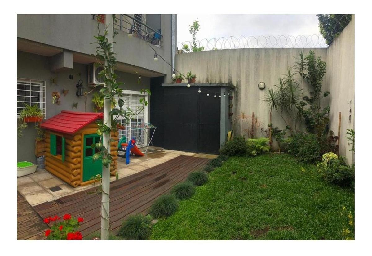 depto con patio y jardin con parrilla.