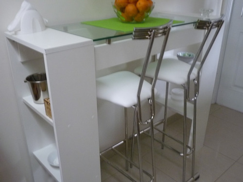 desayunador con dos sillas cromadas