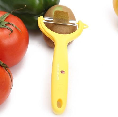 descascador suiço victorinox para frutas na cor amarelo