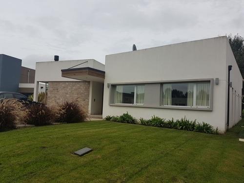 descripción casa 4 ambientes. garage y quincho. rumenco. u$s 390.000 contado