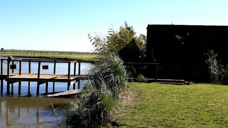 destacado lote costero a una laguna interna en barrio de chacras vitel