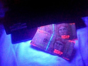 detector de billetes falsos eléctrico. tienda, super mercado