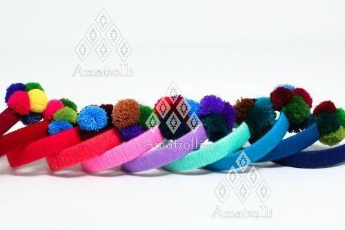 diadema artesanal mexicana tejida y con pompón