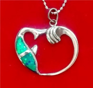 dije de delfín en plata en forma de corazon con opalo azul