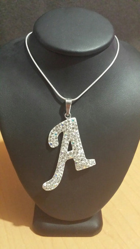 dije de letra inicial en plata con circonias y cadena.