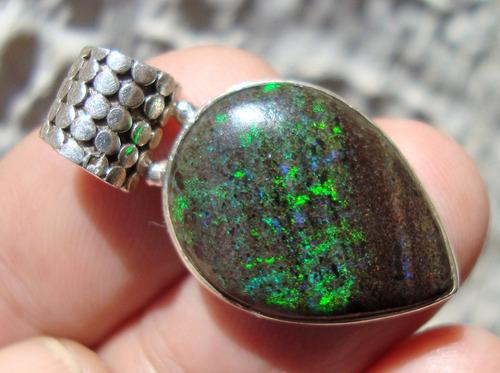 dije de plata  con opalo negro opalo en matriz de basalto