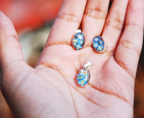 dije de  plata flores naturales in blue