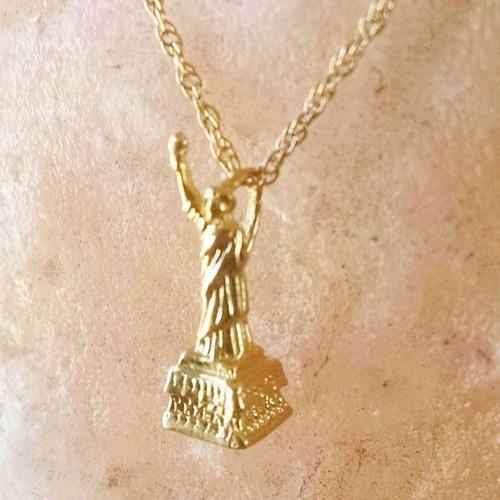 dije estatua de la libertad en oro amarillo solido 14k