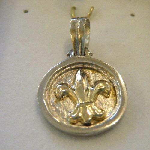 dije flor de liz plata y oro