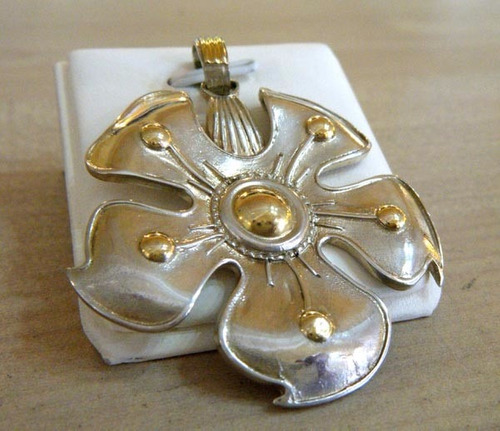 dije medallon con flor en  plata y oro diaz piriz