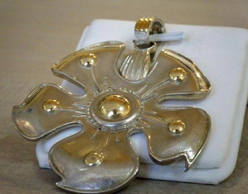 dije medallon flor plata y oro