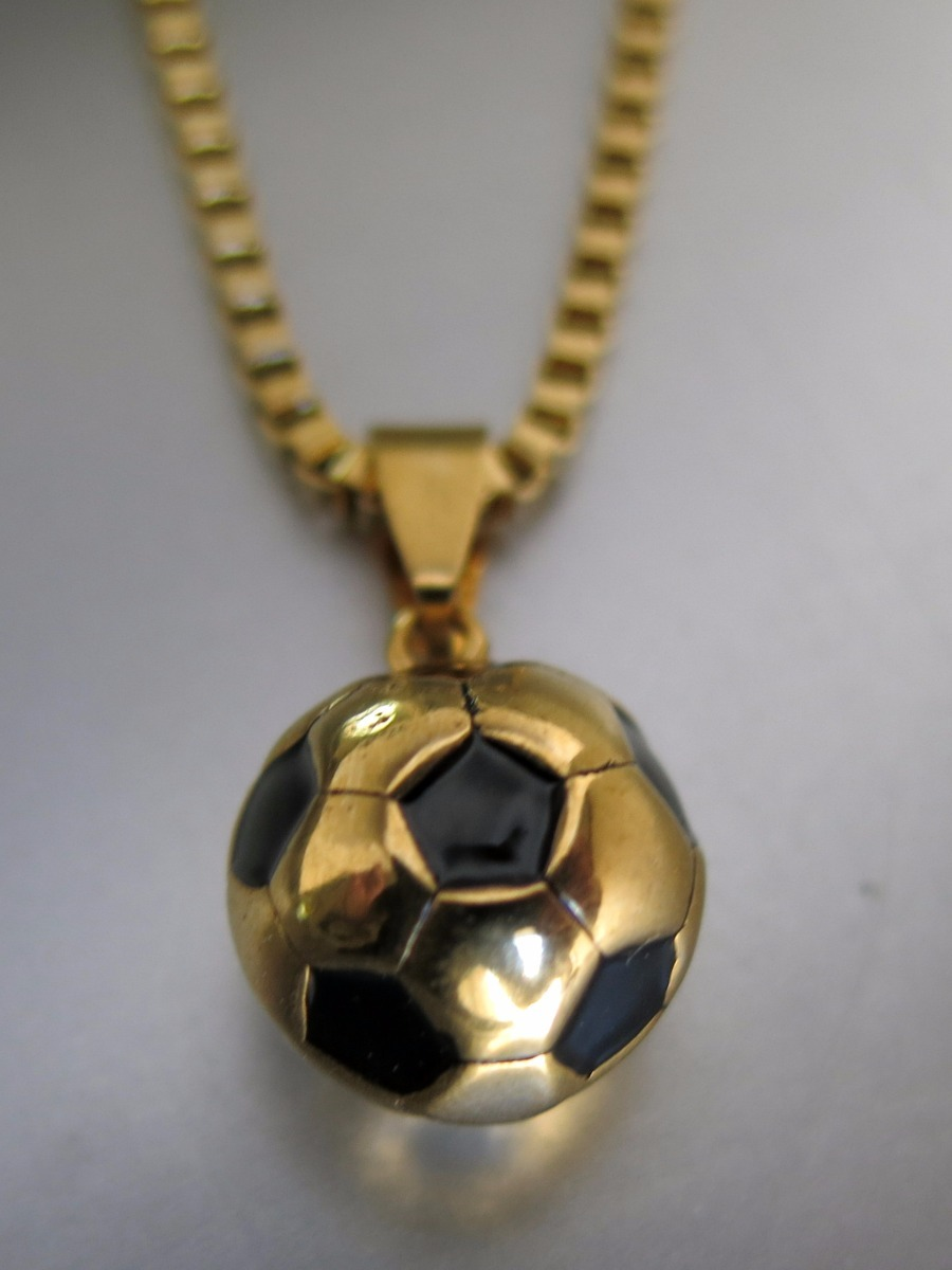 058ac6e339c2 dije pelota de futbol en acero quirúrgico dorado con cadena. Cargando zoom.
