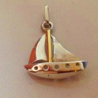 dije velero de plata con detalle  de oro