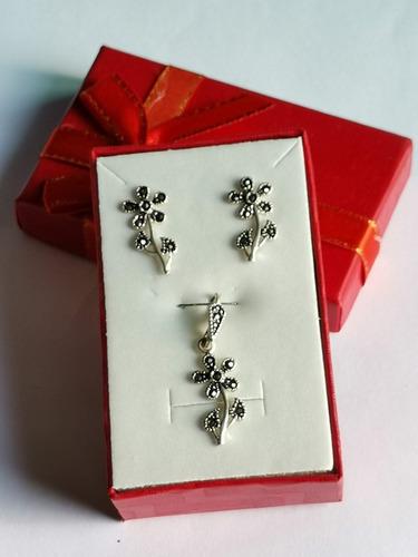 dije y aretes de flor en plata .925 y marquesita