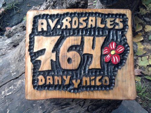 direcciones talladas en madera 16x30 cm.