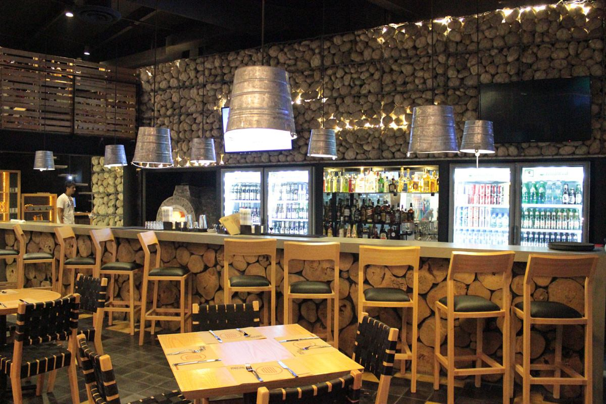 Dise o de restaurantes y bares modernos cheff cocinas for Bares en madera disenos