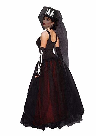 Disfraz con vestido negro largo
