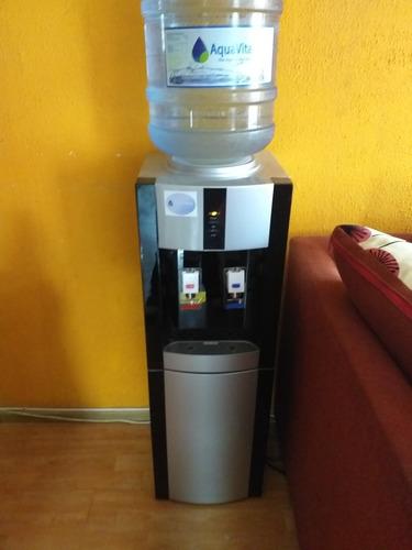 dispensador de agua fría y caliente más un dispensador de li