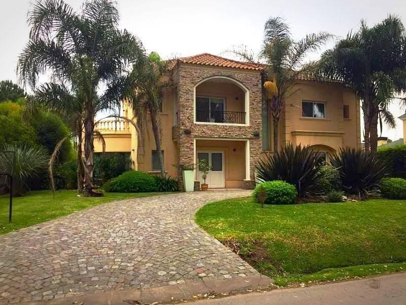 distinguida casa en venta en barrio cerrado zona oeste