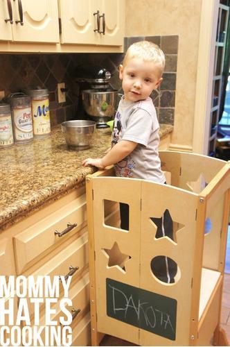 divertido banco de niños para cocina ayudando a mamá helper